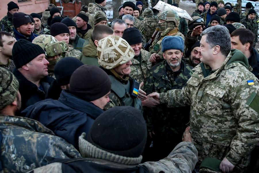 Порошенко в войсках, вышедших из Дебальцево.png