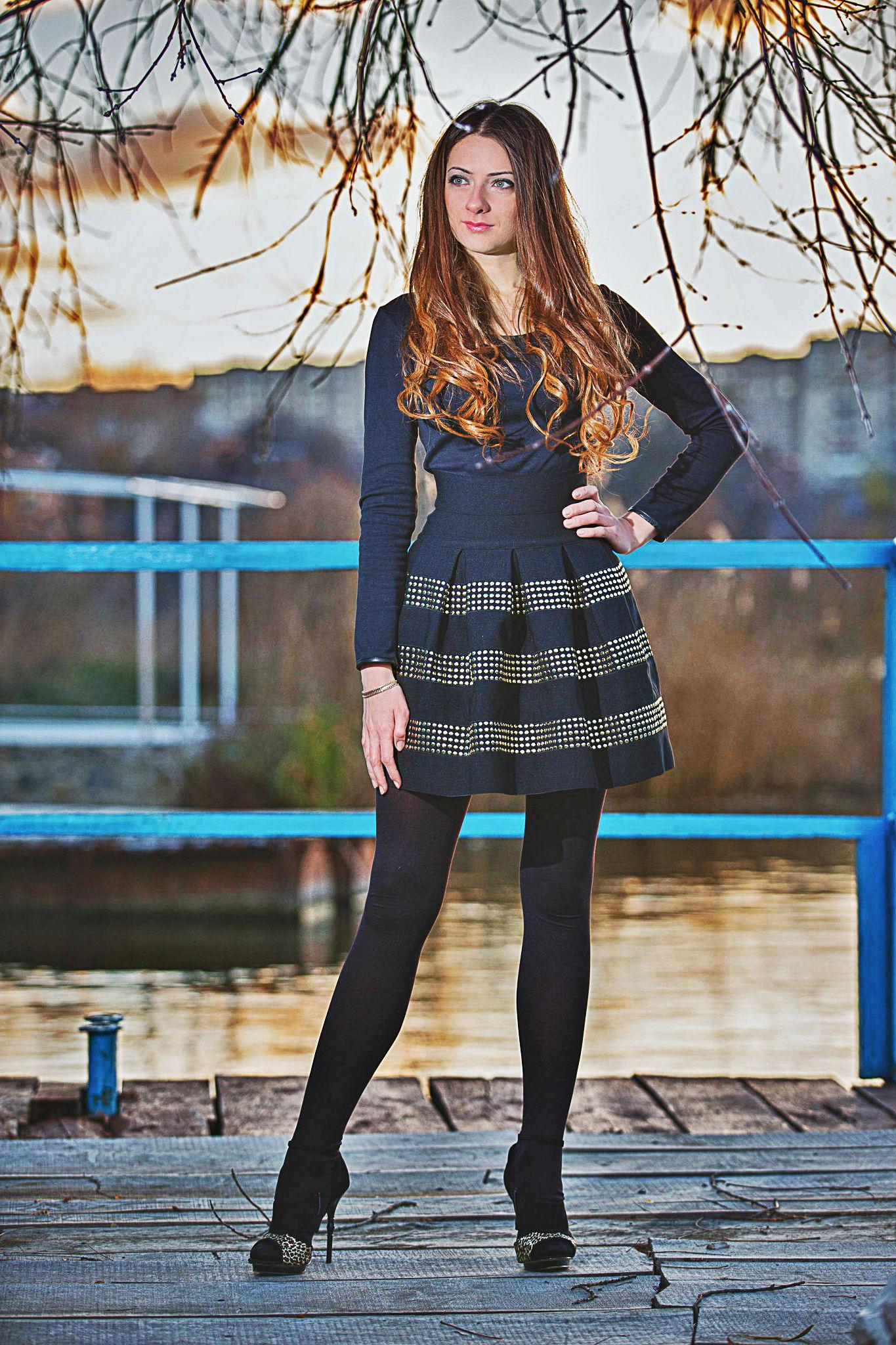 Фото девушки в платье и колготках 10 фотография