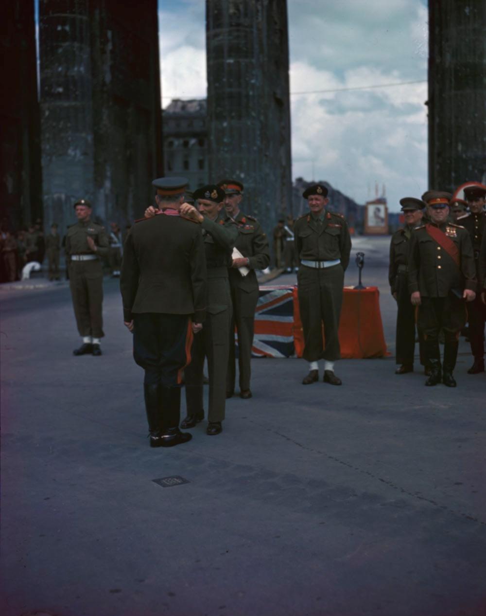 Британский фельдмаршал Монтгомери награждает генерал-полковника М.С. Малинина орденом Британской империи у Бранденбургских ворот Берлина.jpg