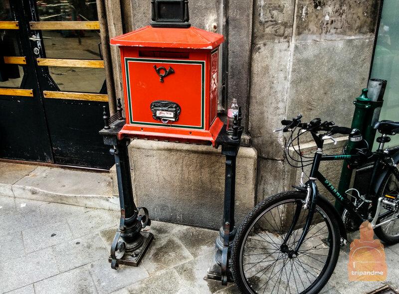 Почтовые ящики в Будапеште ярко-красного цвета