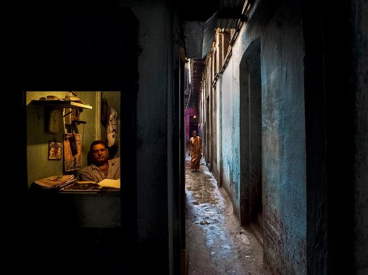 7. Поощрительная премия — «Окно торговой лавки» (автор: Рана Падни, Индия). Мужчина выглядывает из м