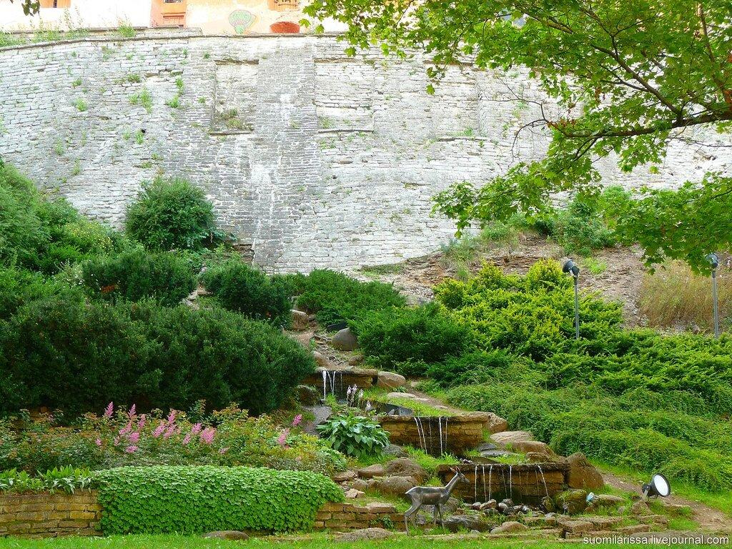 Водопад и косуля около крепостной стены.