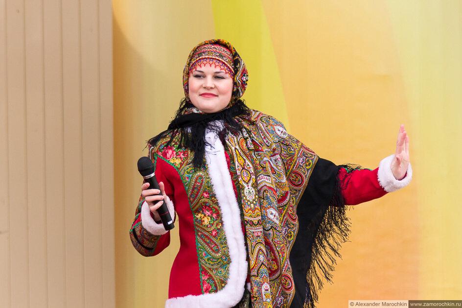 Артистка на сцене с микрофоном на празднике Масленицы