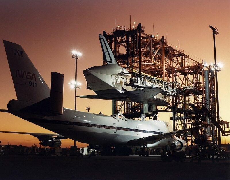 Атлантис устанавливается на самолёт, Калифорния