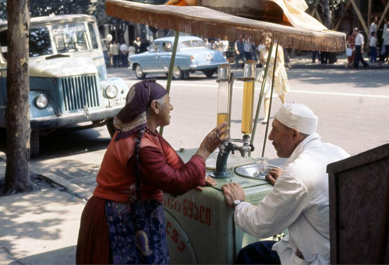 Уличный торговец газировкой