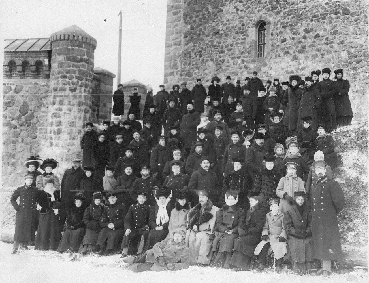 11. Члены Общества телесного воспитания Богатырь, участники экскурсии на Иматру у стен старого замка. 1909