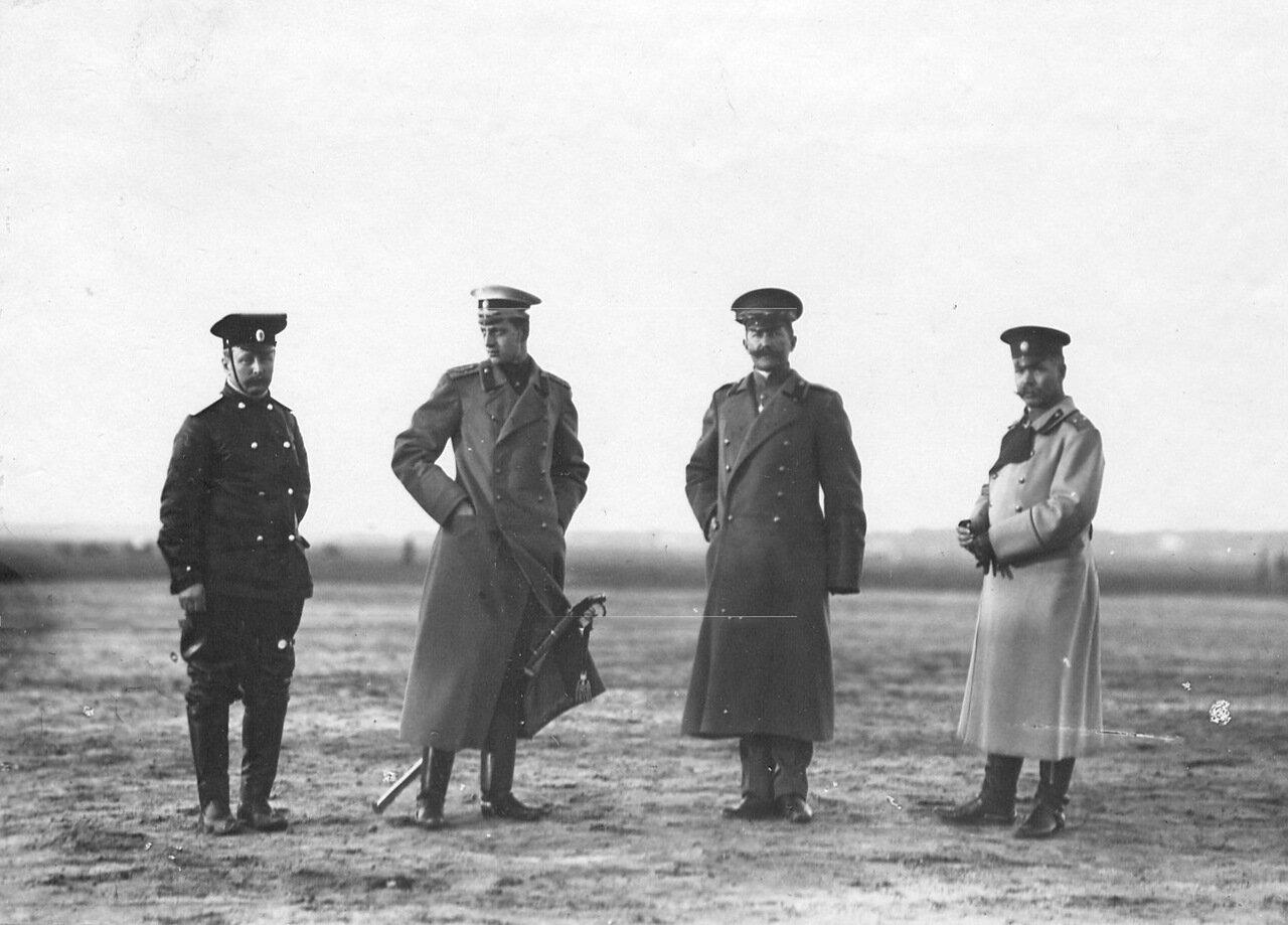 44. Группа военных летчиков (среди них 2-ой слева великий князь Дмитрий Павлович)
