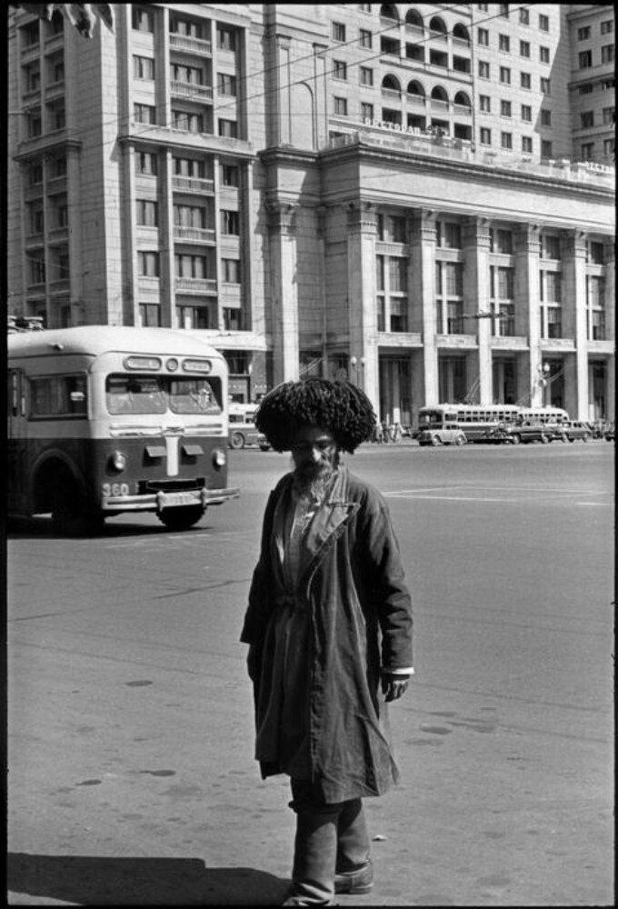 1954. Москва. Человек с Кавказских гор у гостиницы «Метрополь»