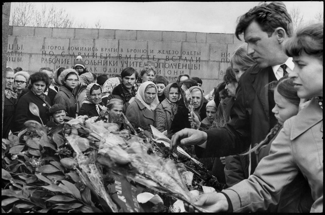 1972. Ленинград. На Пискаревском кладбище 9 мая