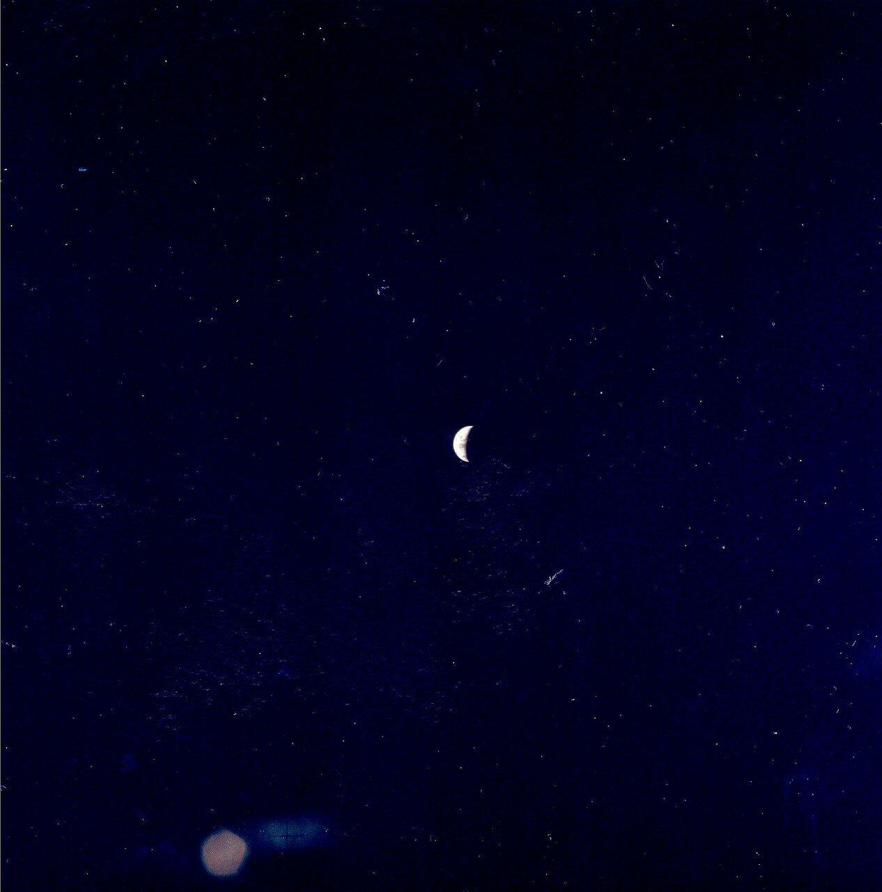 Ввиду использования траектории свободного облёта Луны, корабль «Аполлон-13»  установил рекорд удаления пилотируемого аппарата от Земли — 401 056 км. На снимке: Вид Земли с самого дальнего расстояния когда-либо достигнутого пилотируемым аппаратом