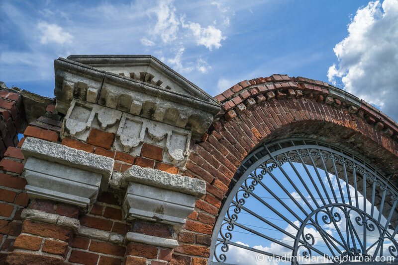 Архитетктурные детали Восточных ворот Крестовоздвиженского монастыря