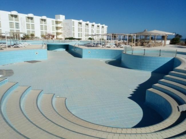Отель был окружен бассейнами, дарившими свою прохладу. Теперь все это больше похоже напустыню.