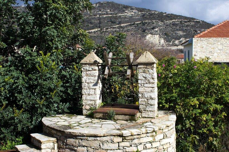 каменный колодец в Като Дрис