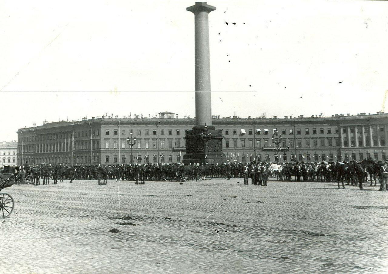 Гвардейские части на Дворцовой площади во время приема императором Николаем II членов Городского совета и депутатов Первой Государственной думы