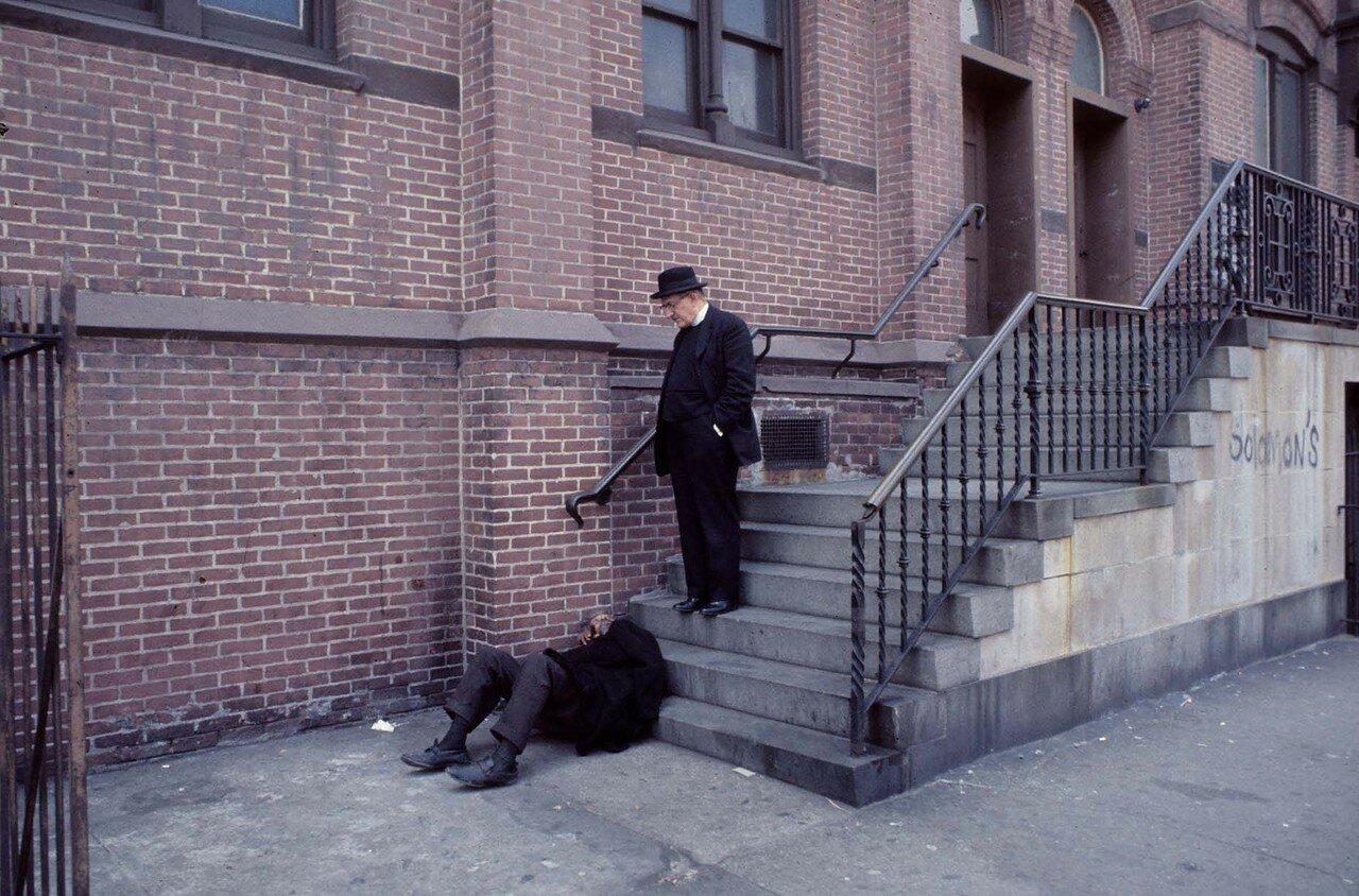 Бронкс. Священник и бездомный,1970