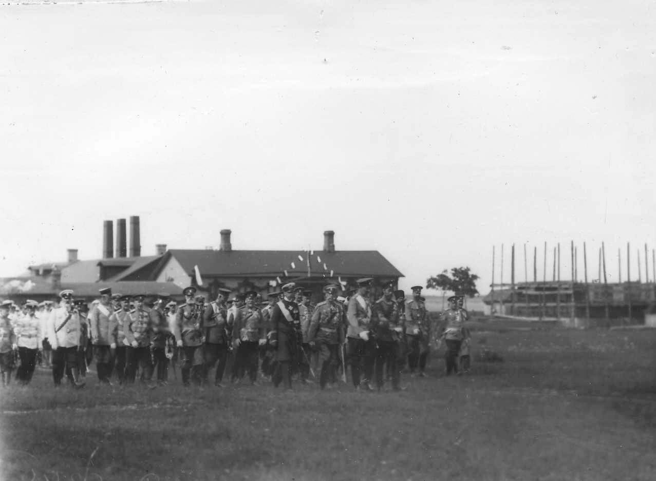 30.Императоры Николай II, Вильгельм II, принц Альберт с группой офицеров направляются на парад войск