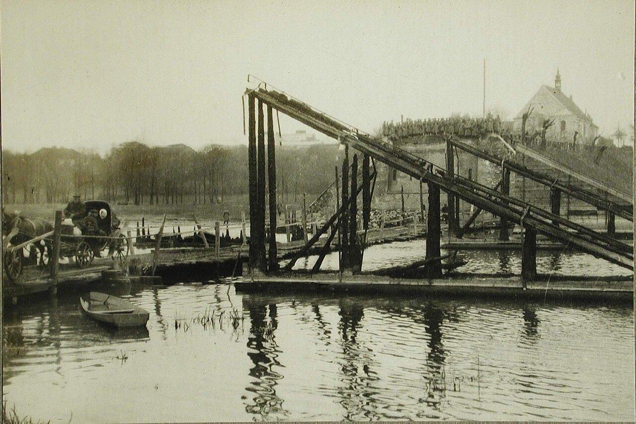 58. Остатки моста, сожженного австрийскими войсками при отступлении из Польши; слева - небольшой временный мост через реку