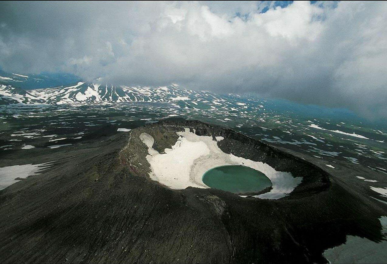 31. Озеро в кратере вулкана Мутновская сопка, Камчатка