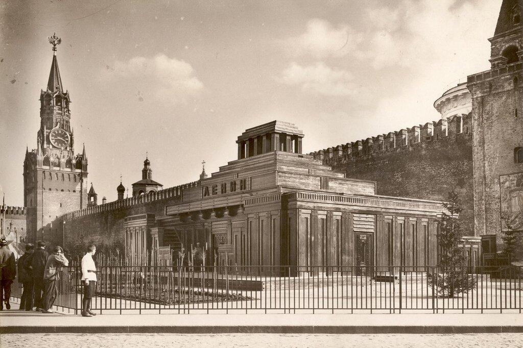 The second wooden building of Lenin's mausoleum, 1925.jpg