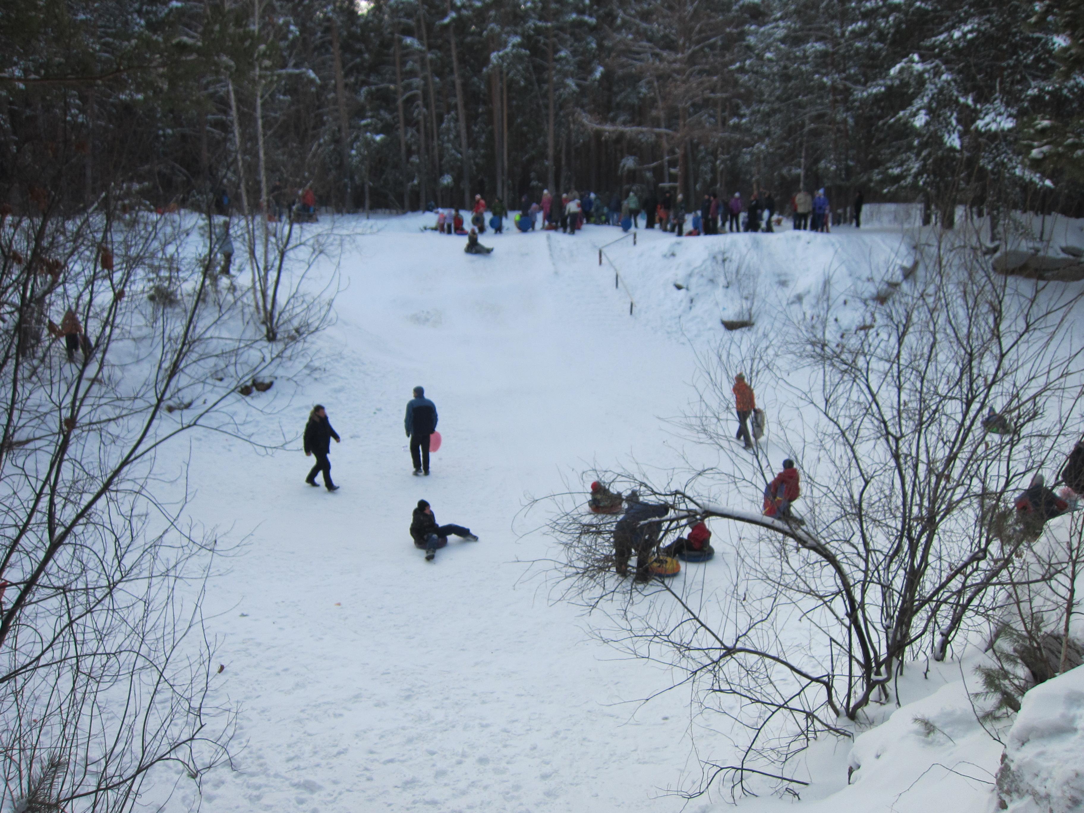Общая панорама карьера. Кругом дети, тюбинги, много снега и деревьев (06.01.2015)