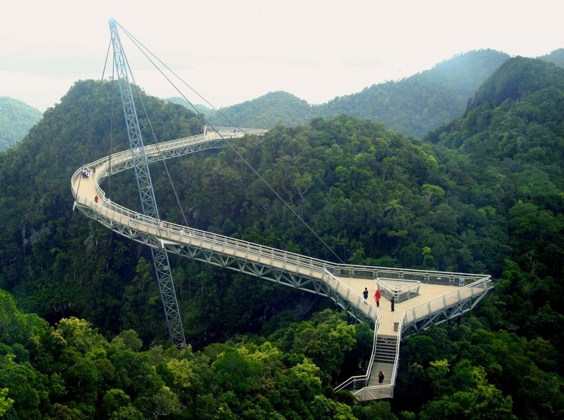 Sky Bridge (Малайзия) — мост через пропасть в 700 метрах над уровнем моря. Мост имеет длину 125 метр