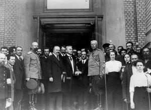 Французский президент Раймон Пуанкаре с членами французской миссии и группой встречающих его лиц  у входа в Народный дом императора Николая II.