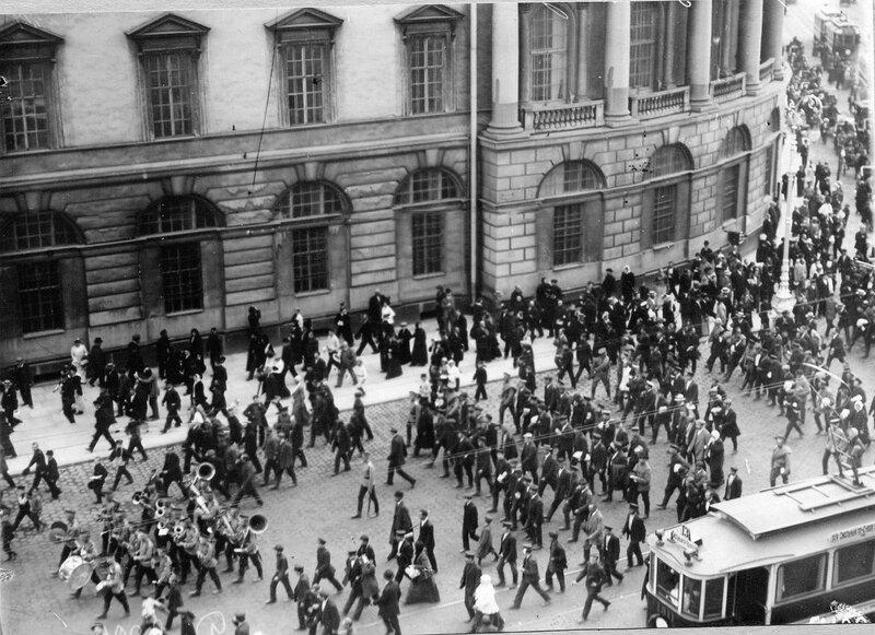 Манифестанты проходят по Невскому проспекту к Садовой улицы после оглашения манифеста об объявлении войны.