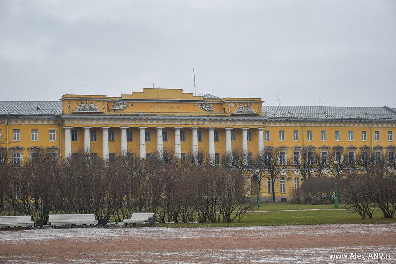 Здание казарм Павловского полка.