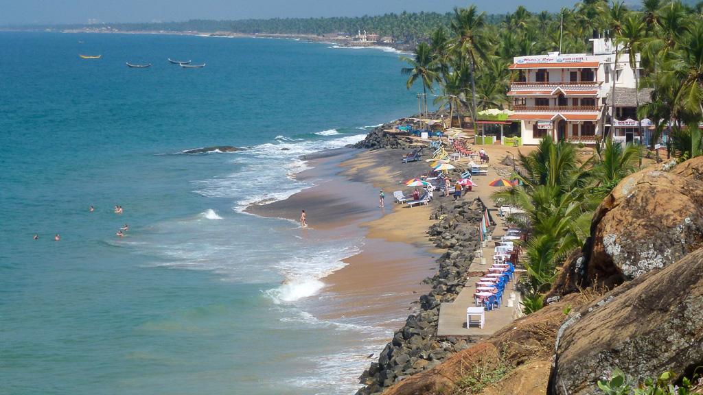 Фото 15. Вид со скалы на пляж Самудра (Samudra Beach), Ковалам.  Знаменитая дамба
