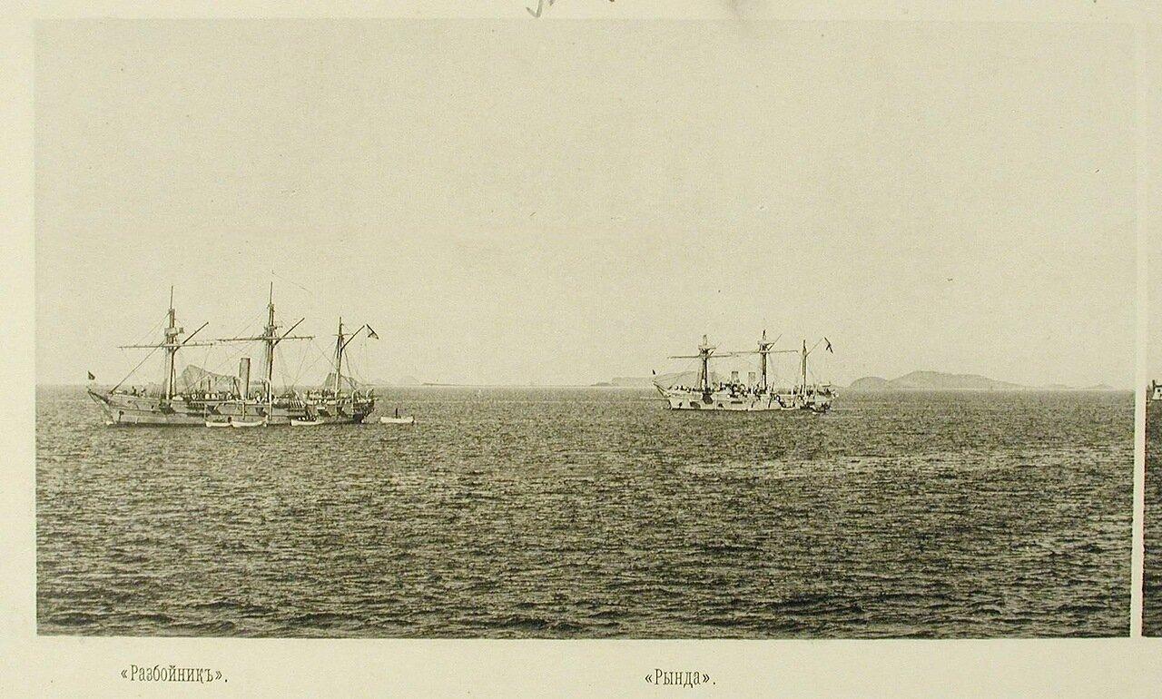 37. Крейсер II-го ранга Разбойник (слева) и крейсер I-го ранга Рында среди судов соединенной эскадры на якоре. Чифу. 6 мая 1895