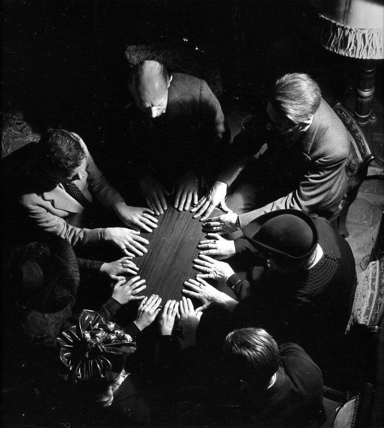 1943. Спиритический сеанс