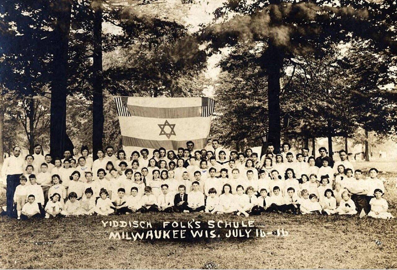 1916.  Голда Меир и школьники еврейской народной школы в городе Милуоки