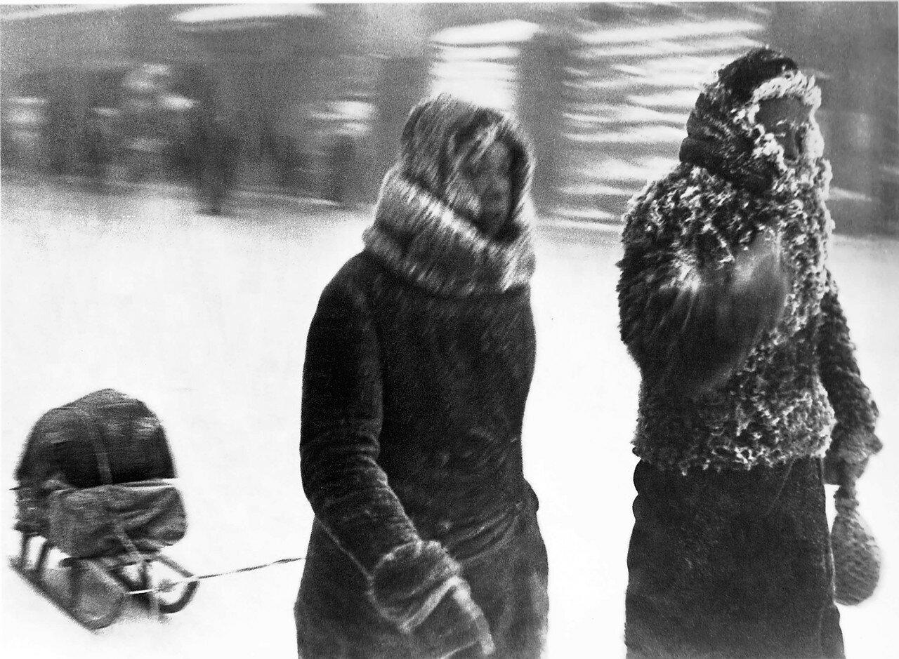 1942, январь. Ленинградцы на Загородном проспекте во время мороза -30.