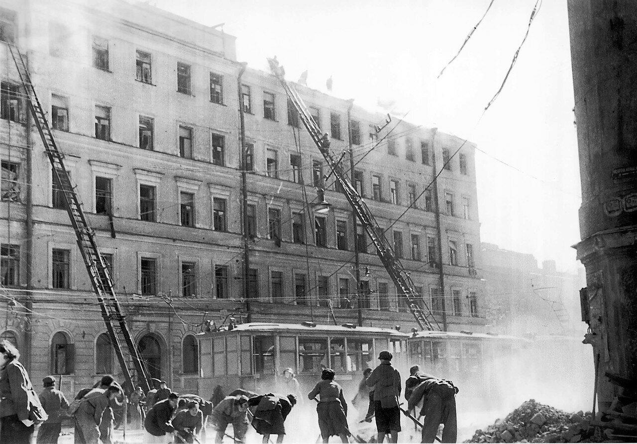 1943, 30 мая.Разбор завалов после немецкого авианалета на Ленинград