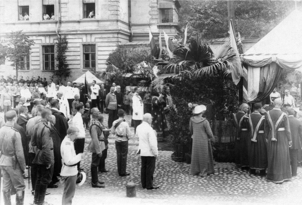 02. Молебен перед отбытием потешных на смотр; в центре группы стоит полковник Низамов. 28 июля 1911