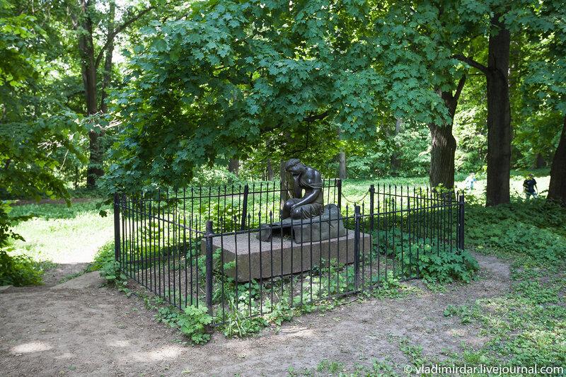Скульптура Дева с кувшином у мавзолея Волконских