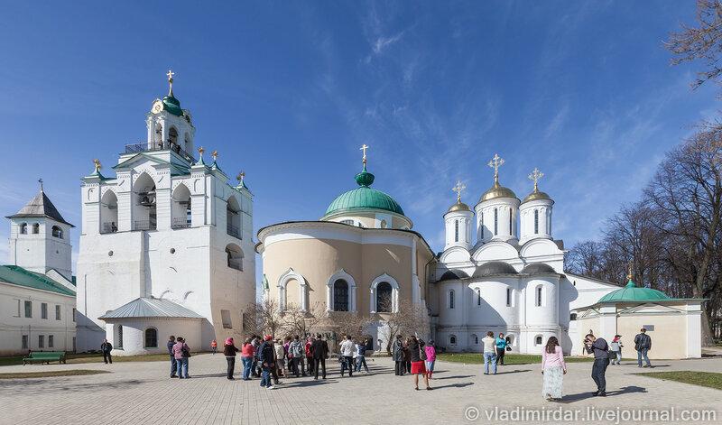 Соборная площадь Спасо-Преображенского монастыря в Ярославле