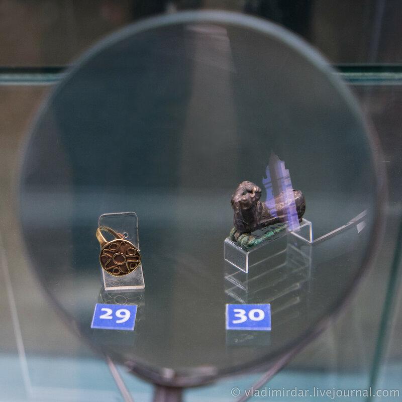 Перстень, украшенный розеткой и фибула в виде полой фигурки барана. Золото.