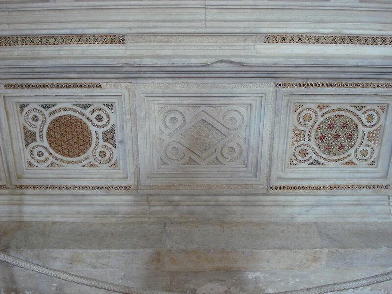 024-мавзолей Брея (нижняя часть, центр).jpg