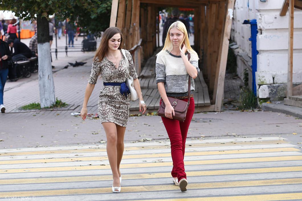 Фото девушки показывает в на улицах