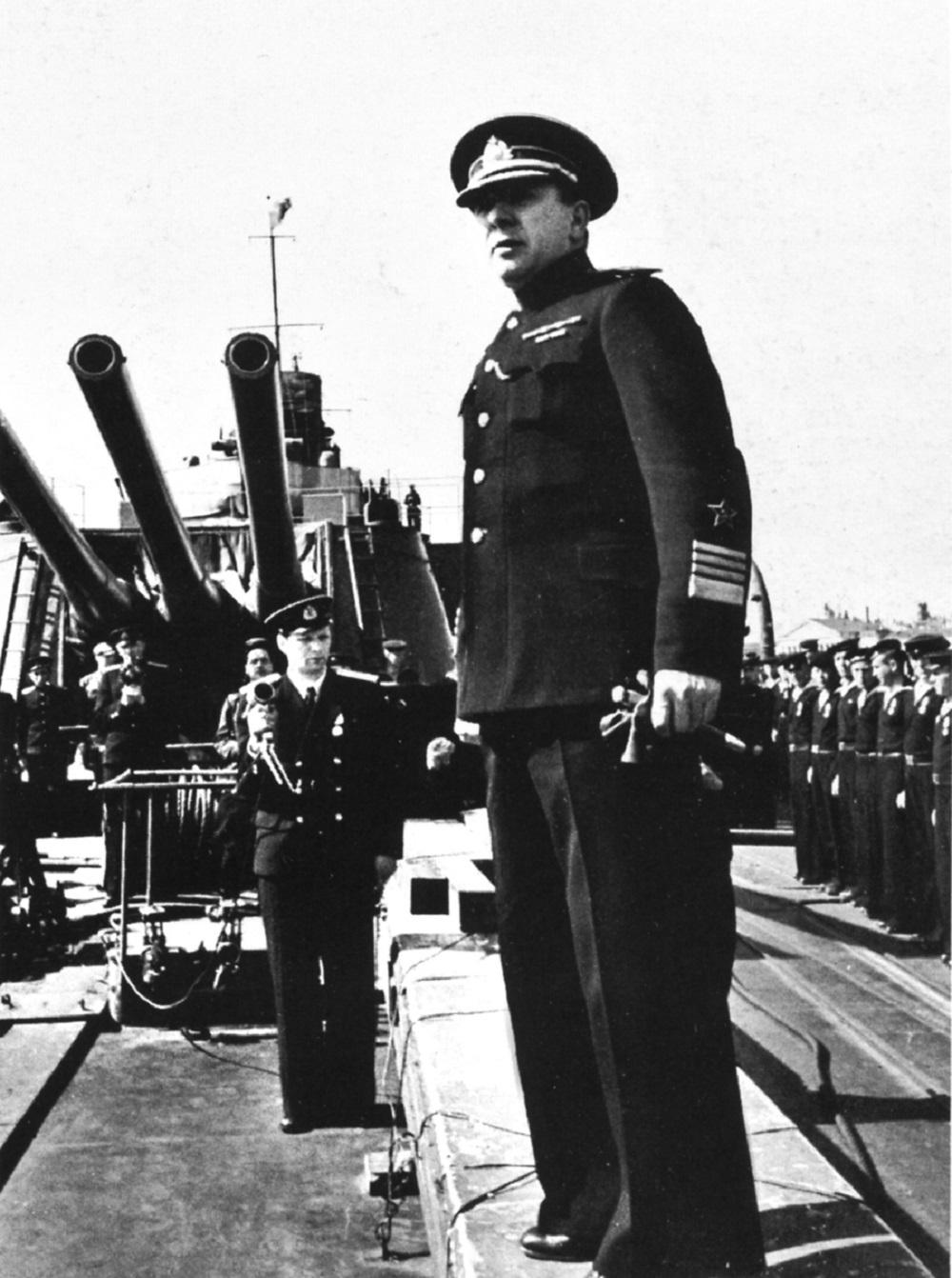 Адмирал В.Ф. Трибуц стоит на палубе крейсера «Максим Горький» во время награждения орденом Красного Знамени.jpg