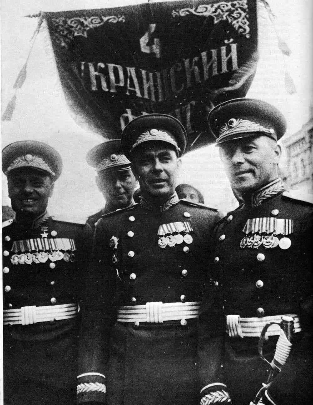 Начальник политуправления 4-го Украинского фронта Л.И. Брежнев во время Парада Победы.jpg