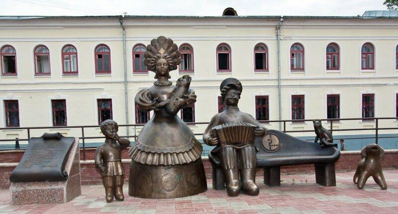 Памятник «Семья» в стиле дымковской игрушки Киров, Россия