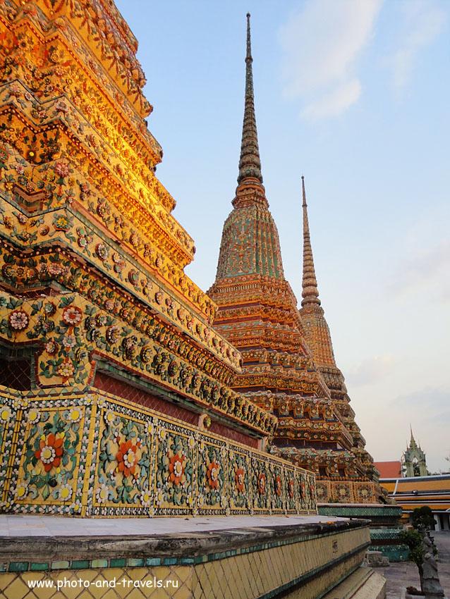 4. Во дворике Храма Возлежащего Будды (Wat Pho). Самого отдыхающего золотого Будду можно увидеть в 1-й части отчета о поездке в Таиланд самостоятельно.