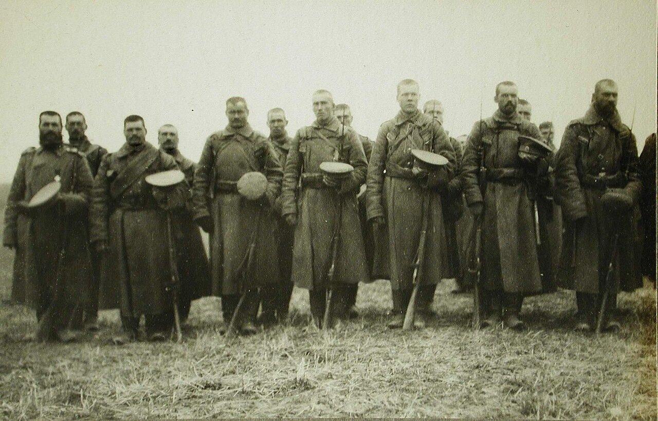 66. Солдаты и офицеры одной из армейских частей во время богослужения