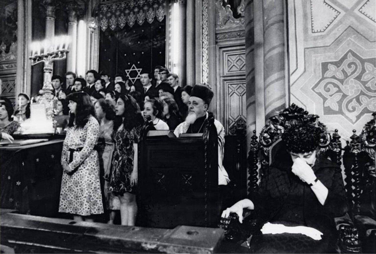 1972.  Голда Меир в Хоральной синагоге в Бухаресте