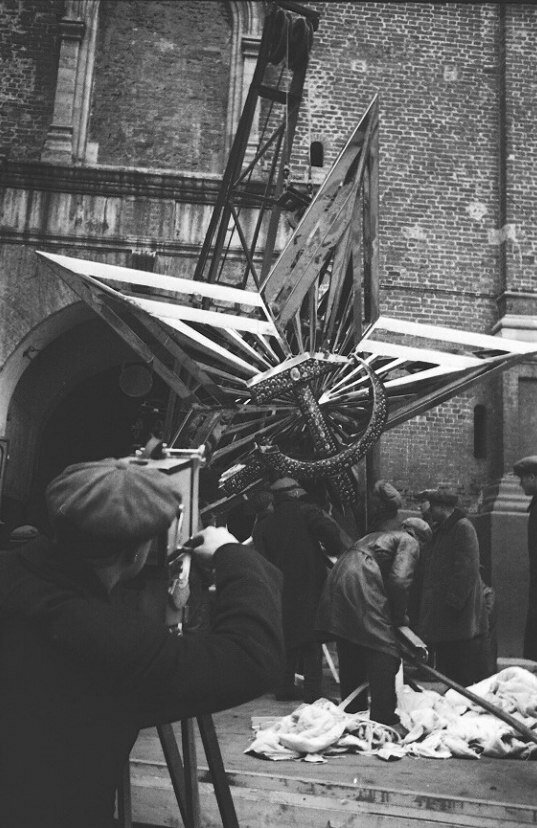 139. 1935. Подъем звезды на Никольскую башню Кремля