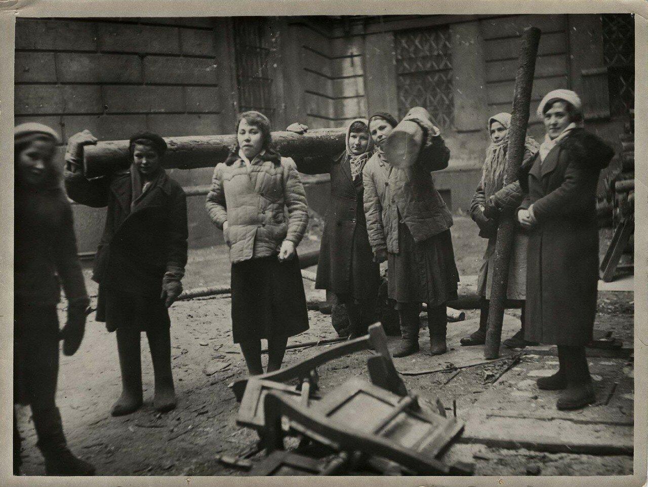 07. Сотрудницы ГПБ на ремонтно-восстановительных работах. 1942