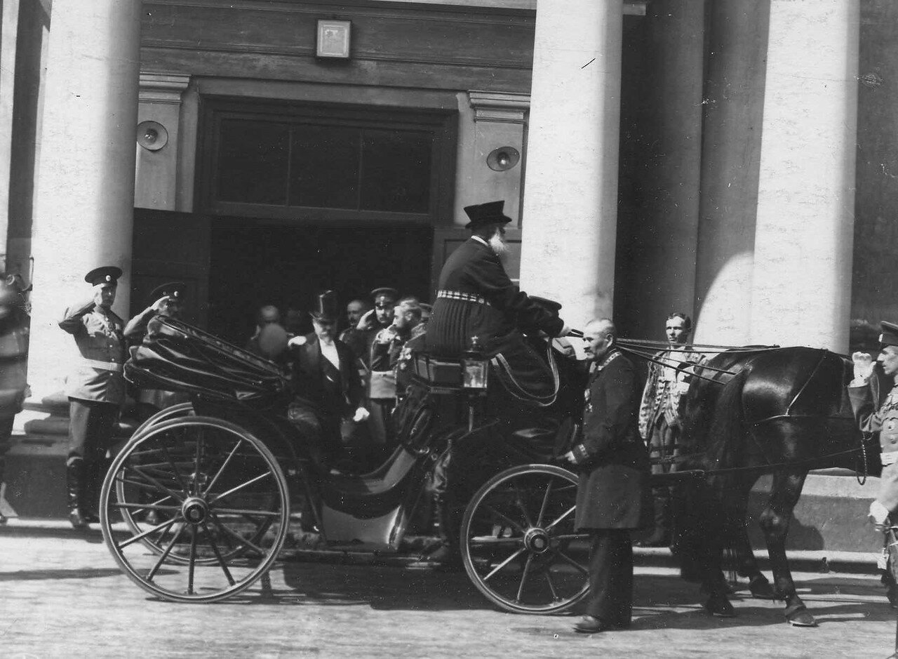 114. Раймон Пуанкаре садится в экипаж после посещения Петропавловского придворного собора