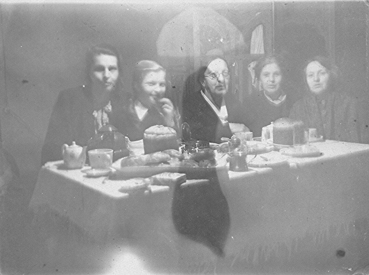 1950-е. Московское застолье. Пасхальный день. В доме № 3 на Красноказарменной улице